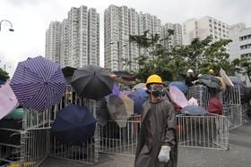 (تصاویر) تظاهرکنندگان در هنگ کنگ علیه قانون استرداد چین با نرده های فلزی و چتر راه بندان درست کرده اند