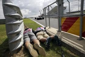 (تصاویر) تلاش عکاس های مسابقات اتوموبیلرانی برای عکسبرداری از مسباقات سیلوراستون در انگلیس