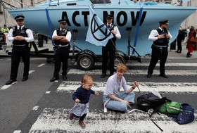 (تصاویر) تظاهرات حامیان محیط زیست در مقابل دادگاه عالی سلطنتی در لندن