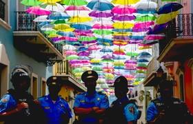 (تصاویر) خیابانی در سن خوان در پرتوریکو که پلیس برای مقابله با شورشگران ضد دولتی در آن مستقر شده است