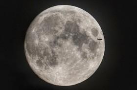 (تصاویر) عبور یک هواپیما از مقابل ماه