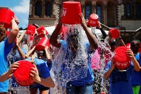 (تصاویر) دانش آموزان در بوستون آمریکا در سالگرد آغاز چالش آب سرد برای جمع آوری کمک برای بیماران آ ال اس که پنجسال ادامه داشت برای بزرگداشت آن روز آب سرد بر سر می ریزند