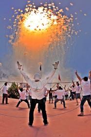 (تصاویر) شرکت کنندگان و متخصصان عملیات آتش بازی در جشنواره سنتی دل کارمن در اسپانیا