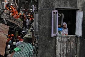 (تصاویر) فرورختن ساختمانی در بمبئی در هندو تلاش نیروهای امداد برای نجات حادثه دیدگان