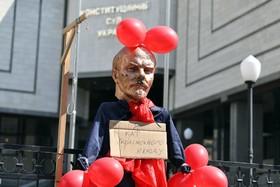 (تصاویر) مجمسه ولادیمیرایلیچ لنین در مقابل دادگاهی در کیف اوکراین که در حال بررسی قانون ممنوعیت تبلیغات و نمادهای کمونیسم و فاشیسم است
