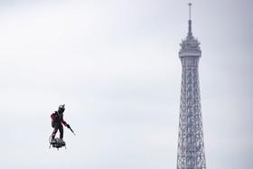(تصاویر) نمایش یک نظامی در روز ملی فرانسه با تخته پرنده ای که قرار است در ارتش فرانسه بکار گرفته شود