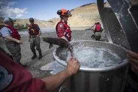 (تصاویر) سطل های انتقال ماهی های سالمون در رودخانه ای در بریتیش کلمبیا در کانادا که وجود یک آبشار پنج متری مانع حرکت سالمون ها برای رسیدن به محل تخم ریزی می شوند