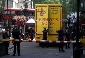 (تصاویر) کامیون حمل بار برای تخلیه خانه ده داونینگ استریت در لندن برای تخلیه وسایل نخست وزیر مستعفی و جایگزینی تخست وزیر جدید