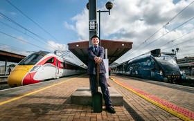 (تصاویر) کارمند قدیمی دوره قطار های بخاری در انگلیس در کنار قطار های جدید