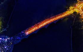 (تصاویر) جشن مشعل در چین و تصویری که عبور مردم شرکت کننده در این جشن را از یور پلی نشان می دهد