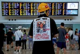 (تصاویر) یک معترض به دخالت چین در اداره امور هنگ کنگ با پلاکاردی برضد فرماندار هنگ کنگ دیده می شود