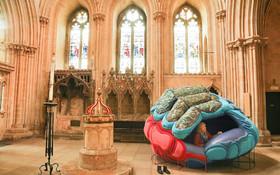 (تصاویر) اثری هنری در کلیسای ولز که به دست خدا نامیده می شود و بازدید کنندگان می توانند به داخل آن بروند