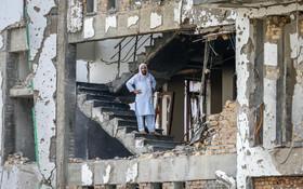 (تصاویر) مردی در میان خرابه های انفجار اخیر  انتحاری در ستاد انتخاباتی رییس سابقه دستگاه امنیتی افغانستان