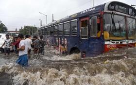 (تصاویر) بارندگی در بمبئی هند و آب گرفتگی خیابان ها
