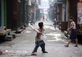 (تصاویر) بازی کریکت کودکان در کوچه ای در امریتسر هند