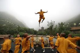 (تصاویر) تمرین کنگ فو موبدان معبد شائولین در دانگفنگ چین