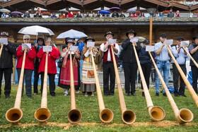 (تصاویر) شیپور آلپی نوازان در سوئیس در جشنواره ای می نوازند