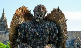 (تصاویر) فرشته ای که با چاقو ساخته شده  است که هدف از ساخت آن با صد هزار چاقو که پلیس از خلافکاران گرفته است یاد اوری جنایت های رخ داده با چاقو است