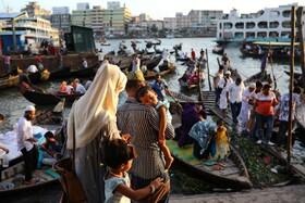 (تصاویر) مسافران در انتظار قایق برای عبور از رودخانه بریگانگا در داکا بنگلادش