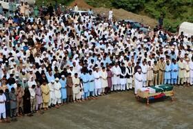 (تصاویر) نماز بر جنازه یک سرباز که در حمله تروریستی در وزیرستان پاکستان کشته شده است