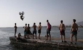 (تصاویر) نمایش جوانان یونانی در ساحل آتن