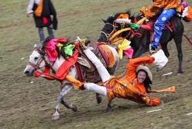 (تصاویر) نمایش یک اسب سوار در لیتانگ در ایالت سیچوان در چین