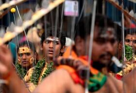 (تصاویر) نوجوانان هندو در مراسمی مذهبی با سیخ هایی که به بدنشان فروکرده اند حاضر شده اند