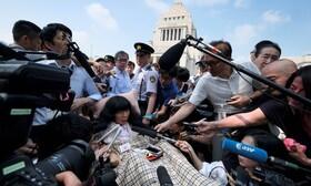 (تصاویر) یک نماینده مجلس ژاپن در توکیو در حال ورود به ساختمان مجلیس برای نشستن روی کرسی نمایندگی در انتخابات اخیر دو نماینده با مشکلات حرکتی انتخاب شده اند
