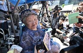 (تصاویر) تظاهرات زنانی کره ای که به عنوان برده جنسی توسط ارتش ژاپن مورد سوءاستفاده قرار می گرفتن در سالگرد پایان اشغال ژاپن و تسلیم این کشور در جنگ جهانی دوم
