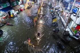 (تصاویر) آب گرفتگی در خیابانی در الله آباد هند