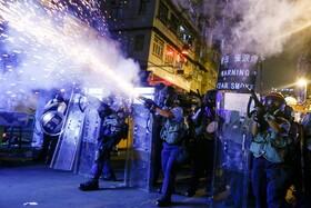 (تصاویر) شلیک گاز اشگ آور بسوی تظاهرکنندگان در هنگ کنگ