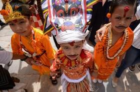 (تصاویر) کودکان در لباس های سنتی که برای جشن گای جاترا که به جشن گاو مشهور است در نپال آماده شده اند