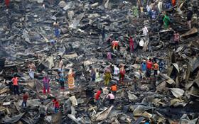 (تصاویر) ساکنان زاغه نشنی در داکای بنگلادش در حال جشتجوی باقیمانده وسایلشان در پی آتش سوزی در محل زندگیشان