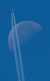 (تصاویر) عبور هواپیمای مسافری از کنار ماه در آسمان