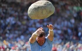 (تصاویر) پرتاب سنگ 83 کیلویی در جشنواره ورزشی سوئیس