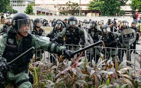(تصاویر) مقابله نیروهای پلیس ضد شورش در هنگ کنگ علیه تظاهرکنندگان
