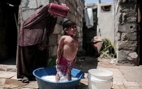 (تصاویر) حمام کودک فلسطینی در غزه در یک روز گرم