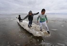 (تصاویر) بازی کودکان با کوه های یخ آب شده از گرمایش زمین در آلاسکا