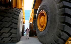 (تصاویر) بازدید کننده ای از کارخانه تولید خودروهای  صنعتی بزرگ در مینسک بلاروس