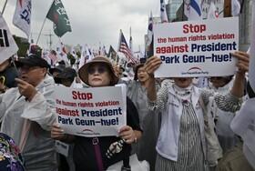 (تصاویر) تظاهرات حامیان رئیس جمهوری اسبق کره جنوبی پارک گون هی در سئول مقابل محل دادگاه وی