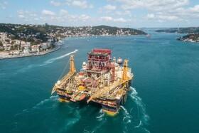 (تصاویر) یک سکوی شناور حفاری نفت در حال عبور از تنگه بسفر در ترکیه به سوی دریای سیاه