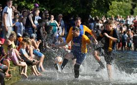 (تصاویر) مسابقه فوتبال سنتی موسوم به فوتبال رودخانه ای در انگلیس