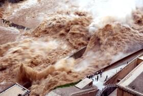 (تصاویر) رهاسازی آب سدی در استان حنان در چین برای برای جلوگیری از سرریز شدن