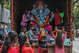 (تصاویر) حمل یکی از نماد های مذهبی هندو موسوم به گانش در بمبئی هند