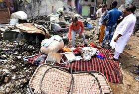 (تصاویر) جستجوی مردم در میان باقیمانده آتش سوزی ساختمان چهار طبقه در دهلی هند