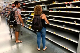 (تصاویر) کمبود مواد غذایی کنسروی در فروشگاه ها به دلیل توفان دورین در سواحل شرقی آمریکا