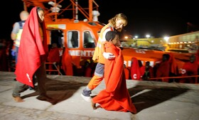 (تصاویر) نجات پناهندگان از قایقهای سرگردان در مالاگا در اسپانیا