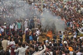 (تصاویر) مراسم سوزاندن یک سرباز هندی در اثر آتش گشودن نیروهای پاکستانی در مرز