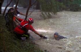 (تصاویر) نیروهای امدادی در تلاش برای نجات مردی که در طغیان رودخان گرفتار شده در اثر توفان فرناند در گوادالوپ مکزیک