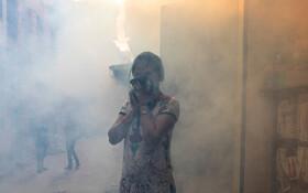(تصاویر) سمپاشی در کاتماندو پایتخت نپال برای از بین بردن پشه و زنی که صورت خودرا پوشانده است